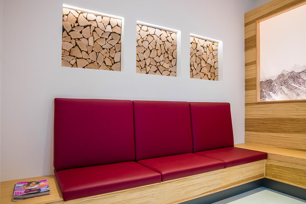 Großflächige, gemütliche Sitzplätze in der Kieferorthopädie in Hamburg