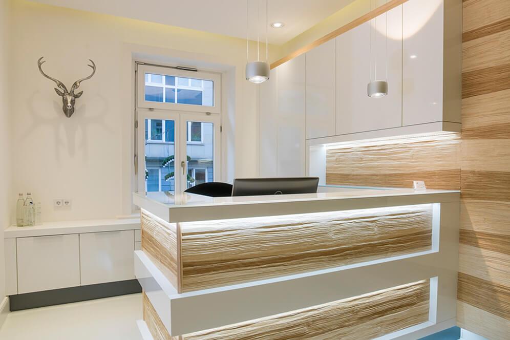 Moderner, stilvoller Empfangsbereich in der Kieferorthopädie in Hamburg
