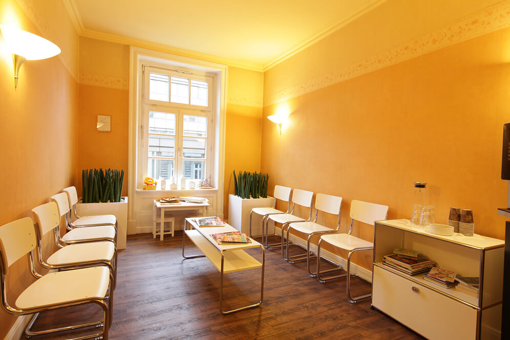 Weitere Sitzmöglichkeiten im Wartezimmer in der Kieferorthopädie in Hamburg