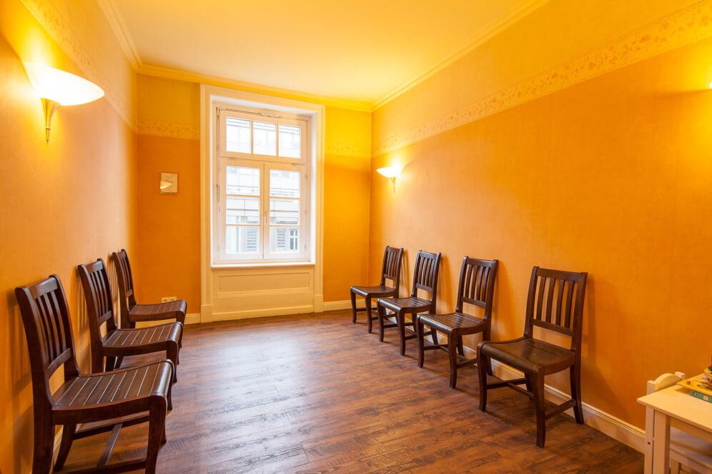 Wartezimmer mit Sitzmöglichkeiten in der Kieferorthopädie in Hamburg